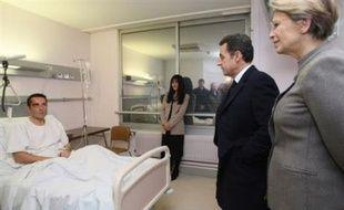Nicolas Sarkozy et Michèle Alliot-Marie, la ministre de l'Intérieur, rendent visite au commissaire blessé lors des événements de Villiers-le-Bel, le 28 novembre 2007.