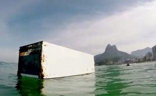 Le surfeur brésilien Marcu Schaefer a fait une drôle de rencontre la semaine dernière sur l'eau.