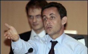 En volant au secours de Jean-Marie Le Pen et d'Olivier Besancenot en mal de parrainages présidentiels, Nicolas Sarkozy a, au-delà de la défense d'un principe démocratique, plutôt servi ses intérêts électoraux, selon plusieurs experts.