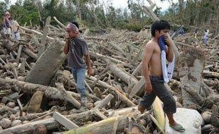Le bilan des décès causés par Bopha, le typhon le plus puissant à avoir touché les Philippines cette année, a franchi la barre des 900 morts, ont indiqué jeudi les autorités, précisant que des centaines de personnes sont toujours portées disparues.