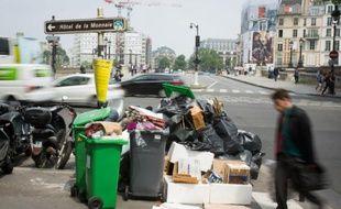 Des poubelles pleines à ras bord, le 8 juin 2016 à Paris