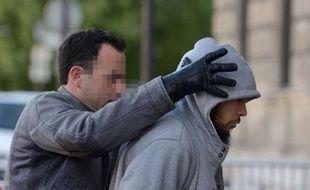 """Selon les premiers éléments de l'enquête, l'homme de 22 ans serait le tenant d'un """"islam traditionaliste voire radical, depuis trois ou quatre ans"""", a dit une source proche de l'enquête qui appelle toutefois à la prudence."""