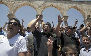Des Palestiniens manifestent après la prière du vendredi à la mosquée al-Aqsa à Jérusalem, le 24 juillet 2015.