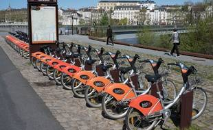 Une station de vélos Bicloo sur l'île de Nantes.