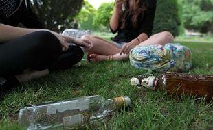 Des jeunes et des bouteilles d'alcool, place de la République à Strasbourg, le 2 juillet 2012