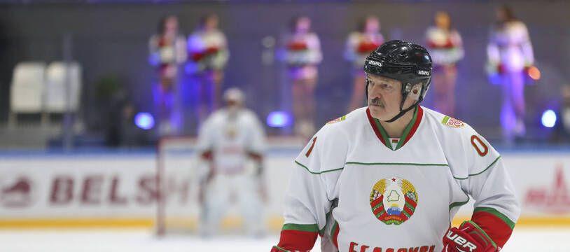 Le président Loukachenko crosse à la main