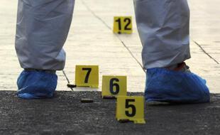 Un technicien de la police scientifique sur une scène de crime. Illustration