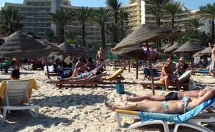Photo prise en 2013 montrant des touristes profitant de la plage d'un hôtel quatre étoiles situé à proximité de la station balnéaire de Sousse
