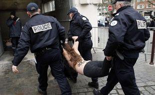 Trois Femen ont accueilli DSK au procès du Carlton mardi 10 février à Lille.