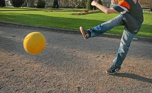 Andreas a pu jouer au foot en tee-shirt, mercredi, place de la République.
