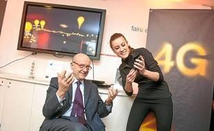 Alain Juppé à la boutique Orange de Bordeaux, lors du lancement de la 4G le 4 avril 2013