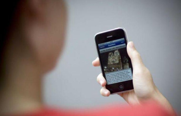 Un utilisateur surfe sur son smartphone.