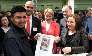 Un migrant afghan sa candidature à une sénatrice allemande Dilek Kolat le 29 février 2016 à Berlin