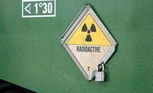 Un panneau indique un danger de radioactivité