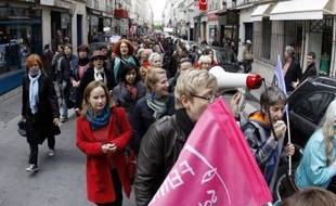 """Une femme de 37 ans, dont la plainte pour harcèlement sexuel a été jugée irrecevable mercredi à Paris, à la suite de l'abrogation de la loi, s'est ruée sur le prévenu de 72 ans, criant en pleine salle d'audience: """"Il m'a touchée et il a gagné!"""""""
