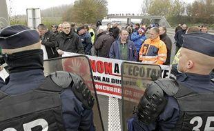 Opération escargot de chauffeurs routiers à l'appel de plusieurs syndicats pour protester contre l'écotaxe, le 16 novembre 2013, à Seclin (Nord).
