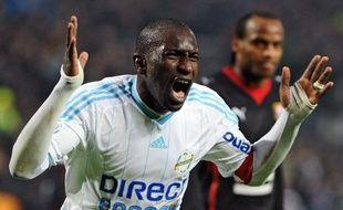 Le capitaine de l'Olympique de Marseille (OM), Mamadou Niang, après la victoire de son équipe contre Rennes et le sacre de champion de France, le 5 mai 2010 au Vélodrome.