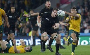 Wil Genia devant Richie McCaw lors de la finale de la Coupe du monde de rugby 2015.