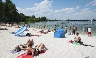 Des vacanciers sur des plages du Lac de Bordeaux, en juillet 2013.