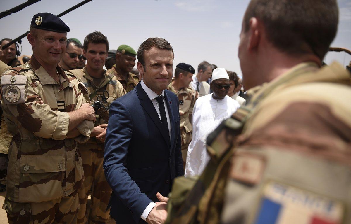 Emmanuel Macron et le président malien Ibrahim Boubacar Keita avec les troupes de l'opération Barkhane, le 19 mai 2017. – CHRISTOPHE PETIT TESSON / POOL / AFP