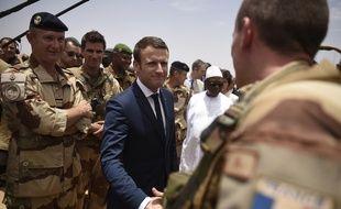 Emmanuel Macron et le président malien Ibrahim Boubacar Keita avec les troupes de l'opération Barkhane, le 19 mai 2017.