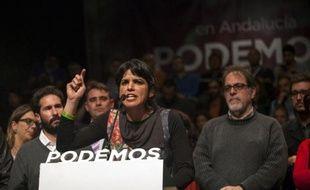 La candidate du parti espagnol anti-austérité Podemos Teresa Rodriguez (c), le 22 mars 2015 à Séville après la fermeture des urnes lors des élections régionales en Andalousie
