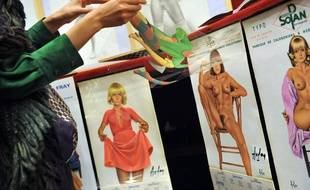 Des posters signés Aslan en vente à Paris en 2009.