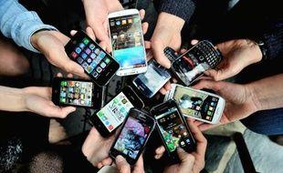 Des personnes montrent leurs smartphone