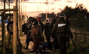 Des migrants stoppés par les forces de l'ordre le 25 novembre 2015 sur la rocade à Calais