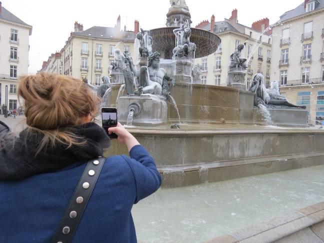 Beaucoup de passants ont pris en photo la fontaine.