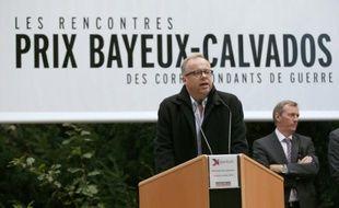 Le secrétaire général de l'ONG Reporters sans frontières (RSF) Christophe Deloire fait un discours avant de dévoiler la stèle en l'honneur des reporters de guerre tués en 2015, à Bayeux le 8 octobre 2015