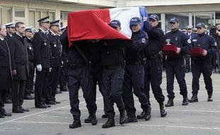 Le cercueil d'Eric Lalès porté par ses collègues de la Bac.