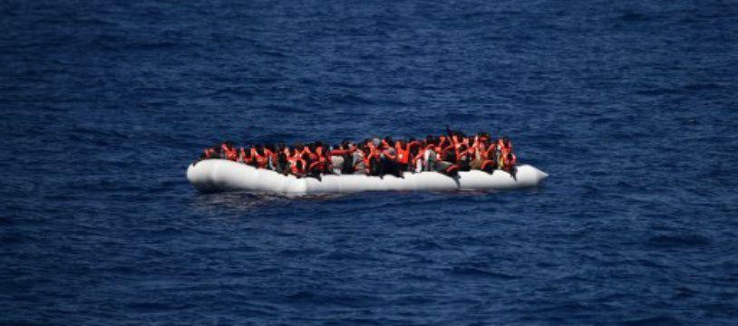 Des réfugiés attendent d'être secourus en mer Méditerranée en mai 2016. (Photo illustration).