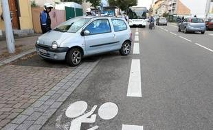 Strasbourg le 23 septembre 2015. La police donne une contravention à une voiture mal garée sur une piste cyclable route des Romains.