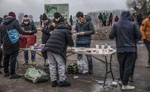 Illustration d'une distribution de nourriture pour des migrants.