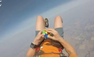 Chris Walker a résolu son Rubik's Cube en chute libre.