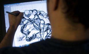 Un dessinateur travaillant sur la BD de Spiderman.