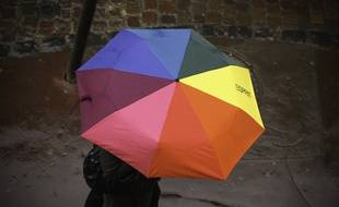 Une piétonne sous la pluie à Toulouse (image d'illustration).