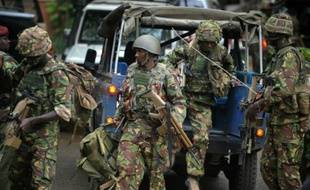 Des soldats kényans arrivent devant un centre commercial attaqué par les islamistes shebabs à Nairobi, le 21 septembre 2013