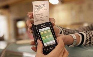 Présentation du système de paiement par carte bancaire sans contact expérimenté à Nice, le 7 octobre 2010.