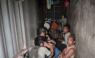 Une dizaine de personnes ont été découvertes le 27 avril 2017 dans un minuscule réduit dissimulé derrière un meuble de bibliothèque dans un commissariat de Manille, aux Philippines.