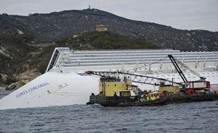 Les opérations préliminaires au pompage du carburant des réservoirs du paquebot Concordia, échoué le 13 janvier près de l'île italienne du Giglio, ont été suspendues samedi matin en raison du mauvais temps mais le corps d'une autre victime a été retrouvée, a indiqué la Protection civile.
