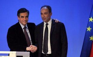 Jean-François Copé et François Fillon, une nouvelle fois pressés par deux personnalités de l'UMP d'arriver à un accord la semaine prochaine, ont dégringolé tous deux de 18 points dans l'opinion en un mois, selon un sondage OpinionWay pour Métro publié dimanche.