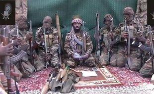 Dix-neuf personnes ont été tuées dimanche par des islamistes du groupe Boko Haram, portant des uniformes de soldats nigérians et toujours actifs dans le nord-est du pays malgré une vaste offensive militaire, ont indiqué des habitants.