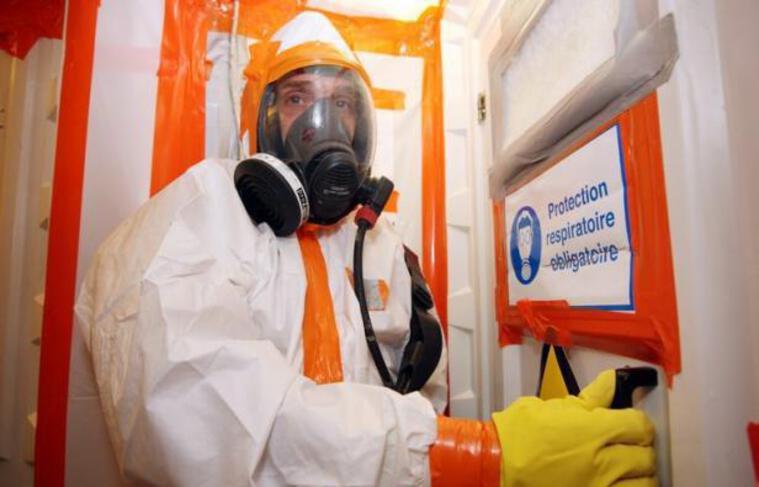 L'amiante, véritable bombe à retardement pour la santé, est encore présent en masse dans les constructions en France, où des milliers de salariés oeuvrent à son retrait. Mais le font-ils en toute sécurité et leurs employeurs sont-ils suffisamment contrôlés ?