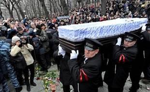 Le cerceuil de l'opposant russe Boris Nemtsov est porté par les membres du service funéraire lors d'une cérémonie à Moscou le 3 mars 2015