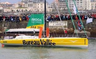 Le voilier du Français Louis Burton (Bureau Vallée), l'un des concurrents du Vendée Globe 2012-2013, a été percuté par un chalutier dans la nuit de mardi à mercredi, a annoncé son équipe, qui a précisé que le skipper était sain et sauf.