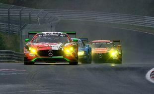 Une course de voitures (illustration).