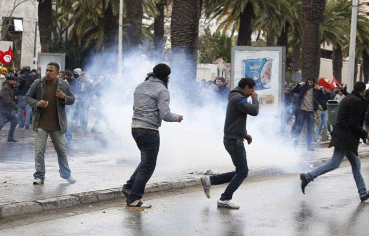 Des manifestants courent au milieu des gaz lacrymogènes à Tunis, le 6 février 2013. – REUTERS/Zoubeir Souissi
