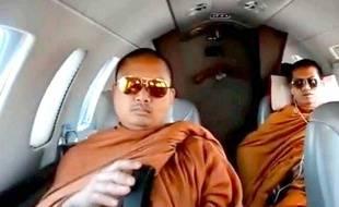 Moines bouddhistes dans un jet privé, le 18 juin 2013.